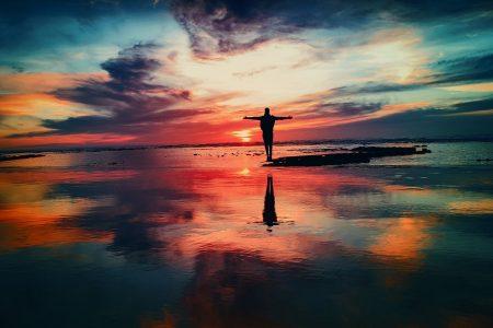 https://pixabay.com/fr/photos/oc%C3%A9an-coucher-de-soleil-personne-2203720/